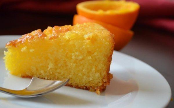 апельсин творог кусочек кекса на тарелке