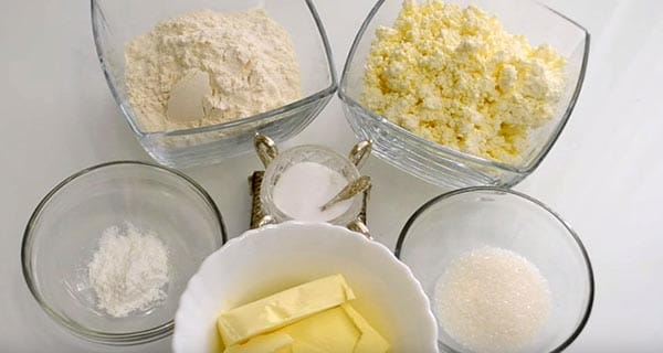 готовим ушки масло творог мука сахар на столе