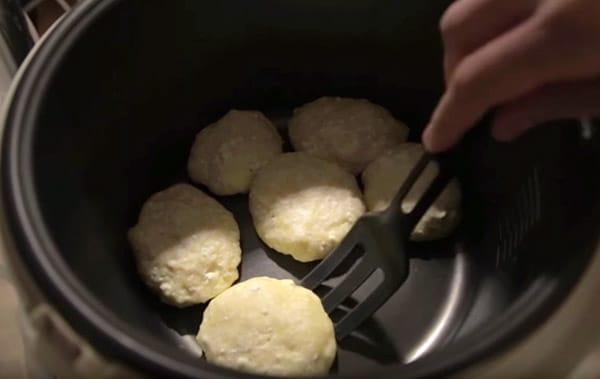 Классические рецепты сырников из творога на сковороде, в духовке и мультиварке